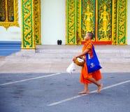 Der Bericht von der Straße, Ritual eines Geschenks des Lebensmittels für Mönch Stockfotos