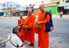 Der Bericht von der Straße, Ritual eines Geschenks des Lebensmittels für Mönch Lizenzfreies Stockfoto