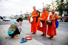 Der Bericht von der Straße, Ritual eines Geschenks des Lebensmittels für Mönch Lizenzfreie Stockfotografie