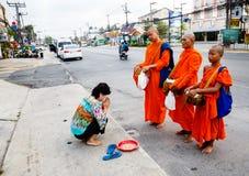 Der Bericht von der Straße, Ritual eines Geschenks des Lebensmittels für Mönch Lizenzfreies Stockbild