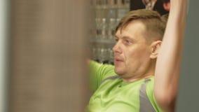 Der ?berladene Mann teilt den oberen Block in der Turnhalle Eignung Gesunder Lebensstil stock footage