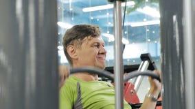 Der ?berladene Mann teilt den oberen Block in der Turnhalle Eignung Gesunder Lebensstil stock video