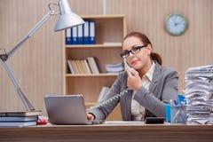 Der beschäftigte stressige Frauensekretär unter Druck im Büro lizenzfreies stockbild