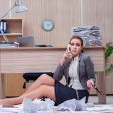 Der beschäftigte stressige Frauensekretär unter Druck im Büro stockfotografie
