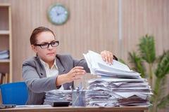 Der beschäftigte stressige Frauensekretär unter Druck im Büro stockfoto