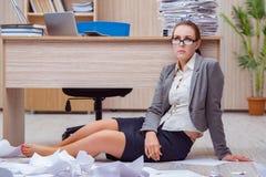 Der beschäftigte stressige Frauensekretär unter Druck im Büro lizenzfreie stockfotos