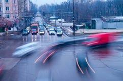 Der beschäftigte Verkehr in der Stadt stockbild