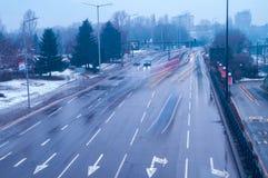 Der beschäftigte Verkehr in der Stadt stockfotografie