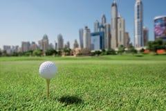 Der beste Tag für das Golf spielen Golfball ist auf dem T-Stück für einen Golf bal Lizenzfreies Stockbild
