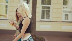 Der Betrieb der netten Frau an der Stadtstraße Lächelnde Mädchen haben Spaß draußen am sonnigen Tag stock footage