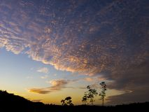 Der bewölkte Himmel in der Dämmerung lizenzfreie stockfotos