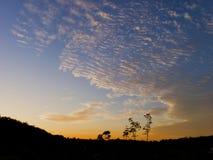 Der bewölkte Himmel in der Dämmerung stockfoto