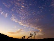Der bewölkte Himmel in der Dämmerung stockfotos