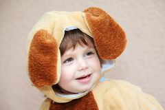 Der bezaubernde kleine Junge in einer flaumigen Klage für einen Karneval lizenzfreie stockfotos
