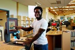 Der Bibliothekar, der heraus überprüft, bucht Lizenzfreie Stockfotos