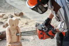 Der Bildhauer mit der Kettensäge stockfoto