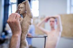 Der Bildhauer sculpts eine Mann ` s Skulptur von der Natur Horizontaler Rahmen Lizenzfreies Stockfoto