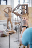 Der Bildhauer sculpts eine Mann ` s Skulptur von der Natur Vertikaler Rahmen Lizenzfreies Stockfoto