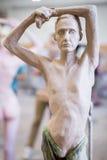 Der Bildhauer sculpts eine Mann ` s Skulptur von der Natur Vertikaler Rahmen Lizenzfreie Stockbilder