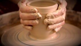 Der Bildhauer in der Werkstatt stellt Krug aus Lehmnahaufnahme heraus her stock video footage
