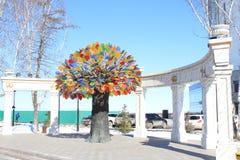 Der bildhauerische Zusammensetzung ` Baum von Glück ` Tyumen Russe Sibirien stockbilder