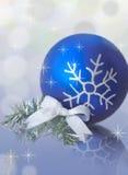 Der blaue Ball des neuen Jahres Lizenzfreie Stockfotos