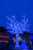 Der blaue Baum auf Platz Gutenberg am Weihnachtsmarkt in Straßburg Lizenzfreies Stockfoto