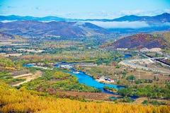 Der blaue Fluss und die Hügel Stockbilder