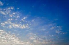 Der blaue Himmel bewölkt Sonnenaufgang morgens Stockbild