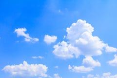 Der blaue Himmel, der hell sind und die große schöne Wolke, Kunst der Natur mit Kopienraum für addieren Text Lizenzfreies Stockfoto