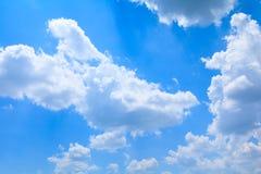 Der blaue Himmel, der hell sind und die große schöne Wolke, Kunst der Natur mit Kopienraum für addieren Text Lizenzfreie Stockfotos