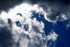 Der blaue Himmel macht drastisch zu schwere dunkle Wolken Stockfoto