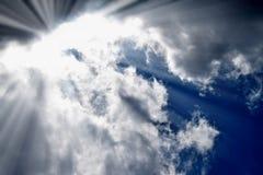 Der blaue Himmel macht drastisch zu schwere dunkle Wolken Hintergrundbeleuchtungssonnenlicht Lizenzfreies Stockbild