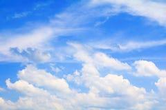 Der blaue Himmel, der mit Wolke in der Sommerkunst der Natur schön und Kopienraum für klar ist, addieren Text Lizenzfreies Stockbild