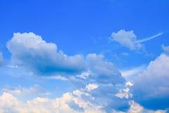 Der blaue Himmel, der mit Wolke in der Sommerkunst der Natur schön und Kopienraum für klar ist, addieren Text Lizenzfreie Stockfotos