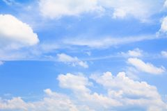 Der blaue Himmel, der mit Wolke in der Sommerkunst der Natur schön und Kopienraum für klar ist, addieren Text Stockfoto