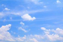 Der blaue Himmel, der mit Wolke in der Sommerkunst der Natur schön und Kopienraum für klar ist, addieren Text Stockfotos