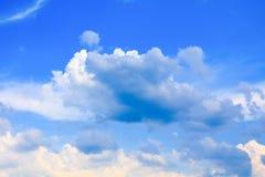 Der blaue Himmel, der mit Wolke in der Sommerkunst der Natur schön und Kopienraum für klar ist, addieren Text Stockbilder