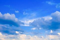 Der blaue Himmel, der mit Wolke in der Sommerkunst der Natur schön und Kopienraum für klar ist, addieren Text Lizenzfreie Stockfotografie