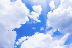 Der blaue Himmel, der mit Wolke in der Sommerkunst der Natur schön und Kopienraum für klar ist, addieren Text Stockfotografie