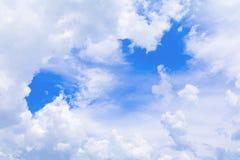 Der blaue Himmel, der mit Wolke in der Sommerkunst der Natur schön und Kopienraum für klar ist, addieren Text Stockbild
