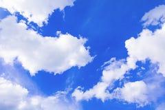 Der blaue Himmel, der mit Wolke in der Sommerkunst der Natur schön und Kopienraum für klar ist, addieren Text Lizenzfreie Stockbilder