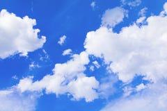 Der blaue Himmel, der mit Wolke in der Sommerkunst der Natur schön und Kopienraum für klar ist, addieren Text Lizenzfreies Stockfoto