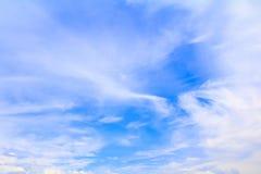 Der blaue Himmel, der mit der Wolke in der Sommerkunst der Natur schön und Kopienraum für klar ist, addieren Text Lizenzfreies Stockbild