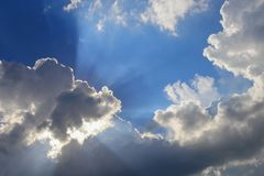 Der blaue Himmel, der mit Wolke und raincloud klar sind, die Kunst der Natur schön und der Kopienraum für addieren Text Lizenzfreies Stockfoto