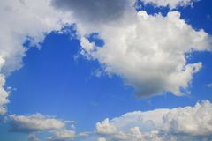 Der blaue Himmel, der mit Wolke und raincloud klar sind, die Kunst der Natur schön und der Kopienraum für addieren Text Stockbilder