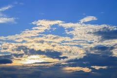 Der blaue Himmel, der mit der Wolkenkunst der Natur schön im Abend- und Kopienabstand für klar ist, addieren Text Lizenzfreies Stockfoto