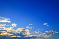 Der blaue Himmel, der mit der Wolkenkunst der Natur schön im Abend- und Kopienabstand für klar ist, addieren Text Lizenzfreie Stockbilder