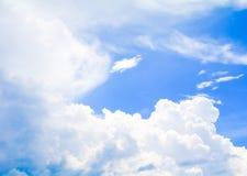 Der blaue Himmel, der mit der Wolkenkunst der Natur schön und Kopienraum für klar ist, addieren Text stockfotografie