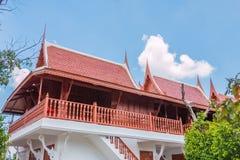 Der blaue Himmel Pfarrhausthailand-Art lizenzfreie stockfotografie